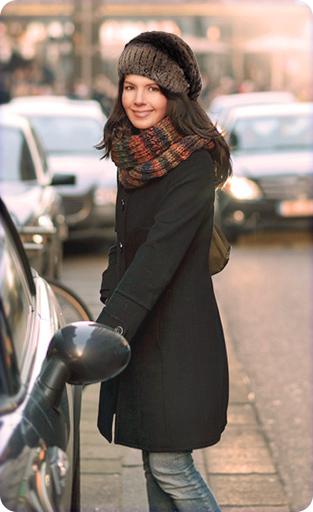 Яркая женская зимняя шапка